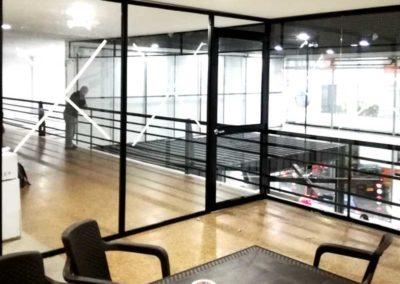 Cerramiento de oficina en vidrio - Aluminios Chica