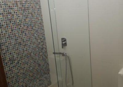 División de baño con vidrio templado