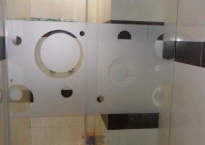 División de baño de vidrio templado con diseño opalizado