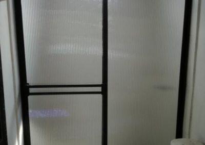 División de baño en aluminio anolok con acrílico acanalado cristal