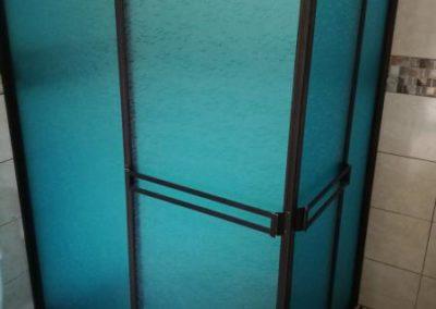 División de baño en aluminio anolok y acrílico azul