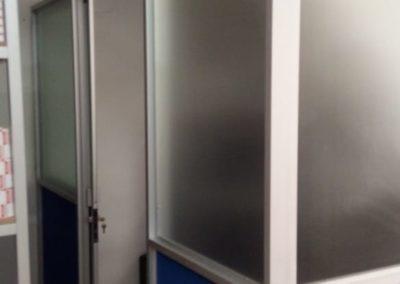 División de oficina en aluminio y MDF azul