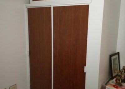 Puerta closet en aluminio con madecor cedro