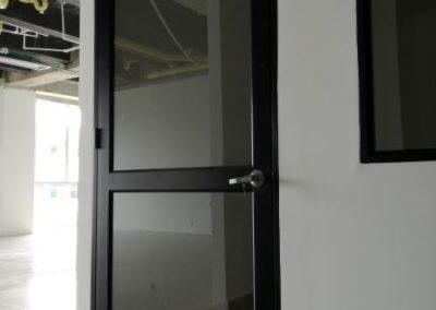 Puerta de aluminio negro