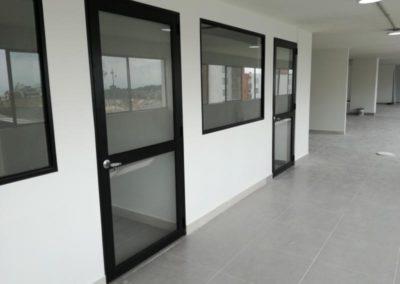 Puertas y ventanas en aluminio oscuro