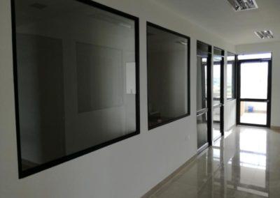 Vidrio fijo y aluminio negro